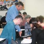 Александр Литягин проверяет правильность выполнения практического задания